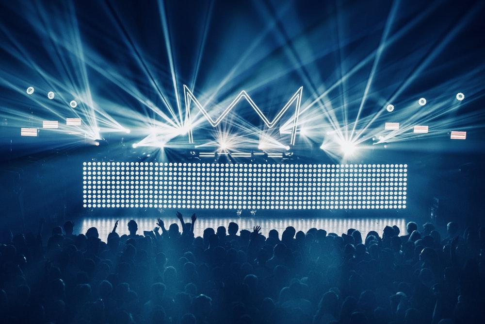 観客が熱狂するステージ