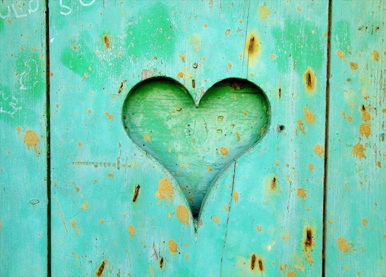 緑色の壁にハートの抜き型
