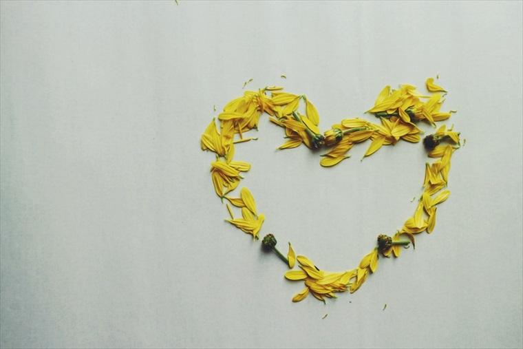 黄色い花びらで作ったハート