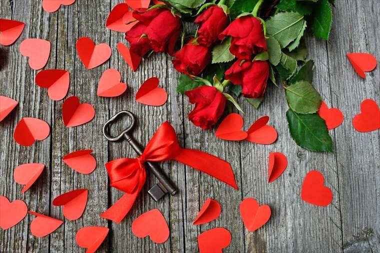 赤いバラとリボンを結ばれた鍵